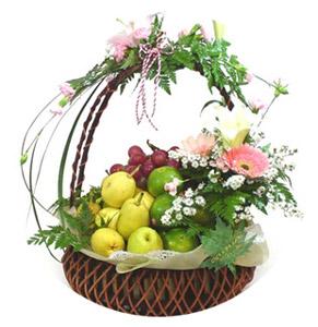 Sepette meyveler ve çiçekler